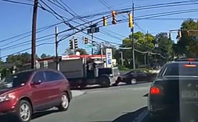VIDEÓ: Megunta a teherautós, hogy packázik vele az autós, ezért a gázra lépett és letolta azt az útról