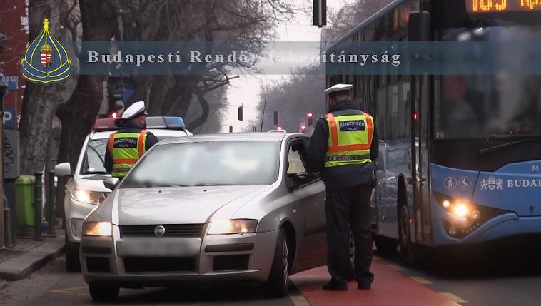 """VIDEÓ: """"Csak beugrottam az üzletbe"""" – Buszsávokat ellenőriztek a budapesti rendőrök"""