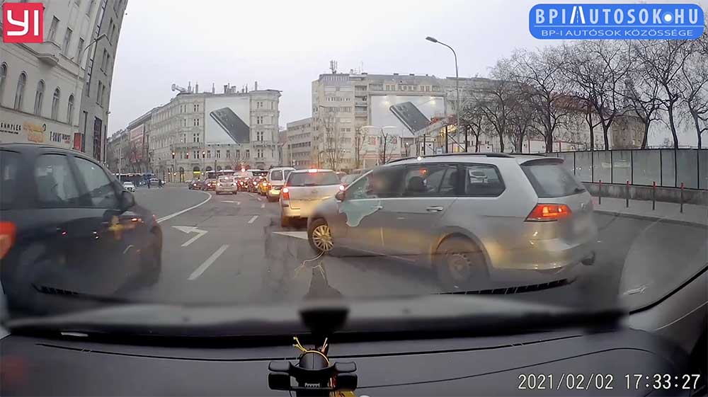 VIDEÓ: Erősen, idegből tolta a tahót a Volkswagen sofőrje a Deák térnél