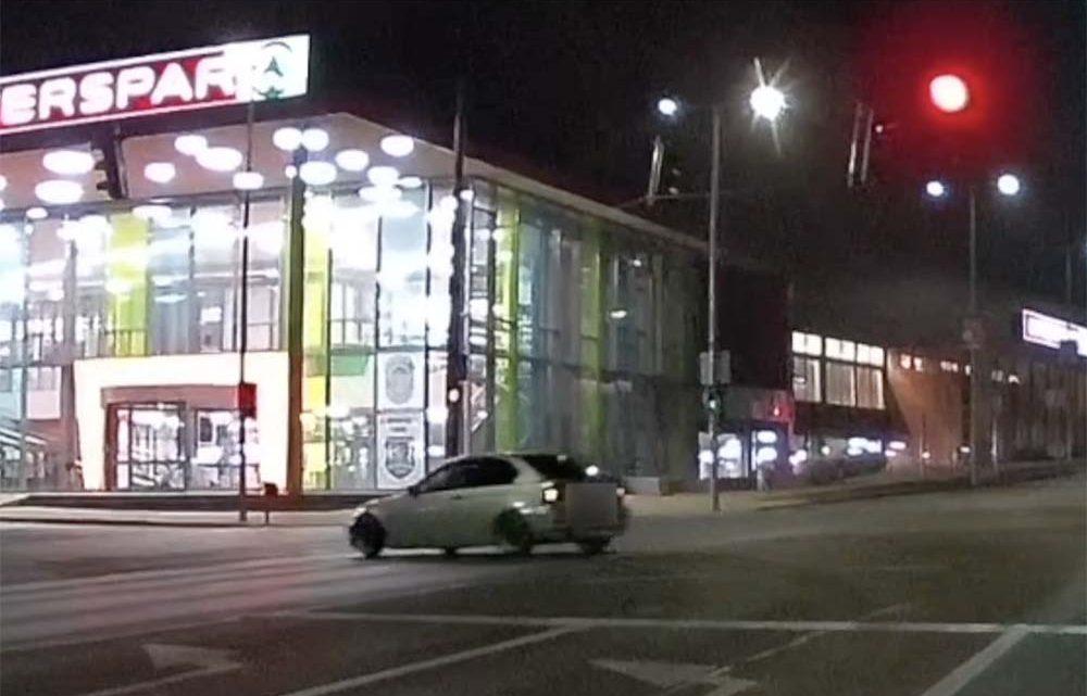 VIDEÓ: A körforgalom után már a piros lámpa sem zavarta meg a driftelésben a BMW sofőrjét