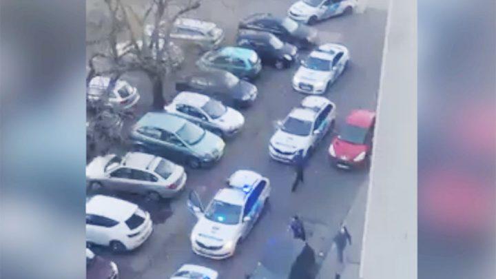 Videón az elfogás. Nagy erőkkel leteperték a menekülő autóst Újpesten tegnap