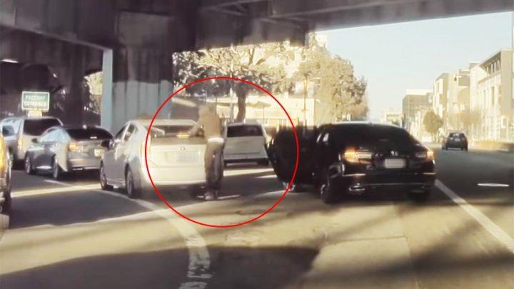 VIDEÓ: Fényes nappal, menet közben, gátlástalan módon törték fel az autót