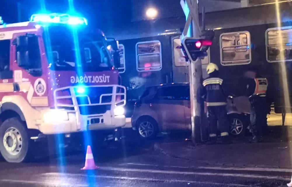 Vonat ütközött autóval a 18. kerületben, Pestszentimre központjában, a Nagykőrösi úton