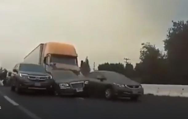 VIDEÓ: Rosszul lett a sofőr a kamion volánja mögött – Brutális, ahogy letarolta az autókat az úton