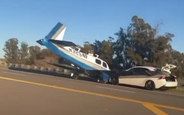 VIDEÓ: Autóval ütközött egy kényszerleszállást végrehajtó kisreplülő Kaliforniában