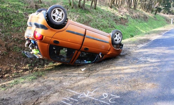FOTÓK: A tetejére borulva állt meg a kisautó, miután a sofőr egy kanyarban megcsúszott a járművel