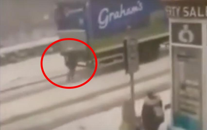 VIDEÓ: A hős anyukát ünneplik az Interneten. Egyedül segített feljutni a kamionosnak a dombra