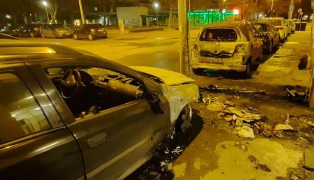FOTÓK: Két autó kiégett és 50 lakónak kellett elhagynia otthonát az éjjel Óbudán, mert valaki felgyújtott pár kukát