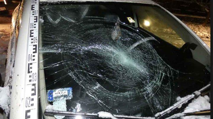 Ököllel ütött arcon egy férfit és betörte a szélvédőt, valamint hajánál fogva rángatott egy nőt