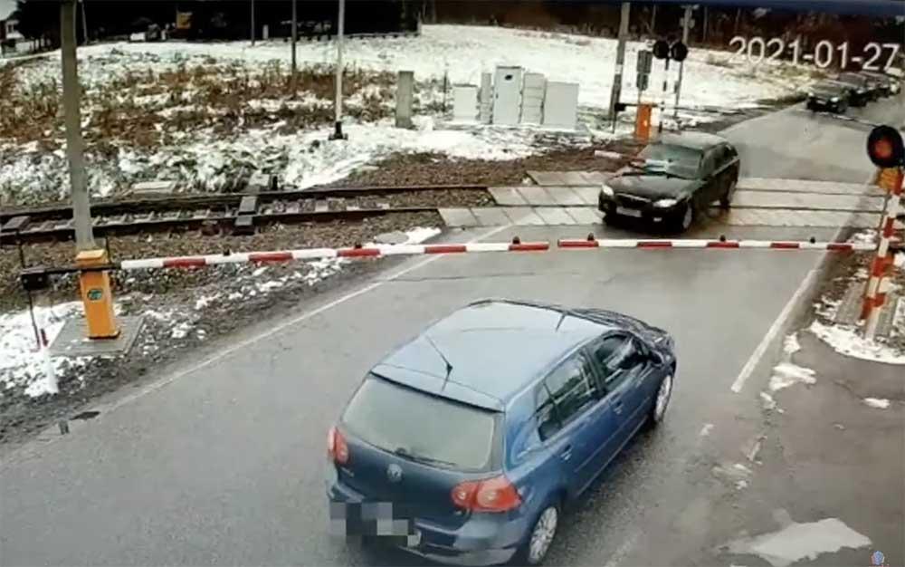 VIDEÓ: A szélvédőt is átszúrta a sorompórúd, mégsem állt meg a menekülő autós