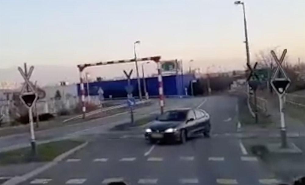 VIDEÓ: Behajtott a forgalommal szembe, majd komoly problémák adódtak a tolatással