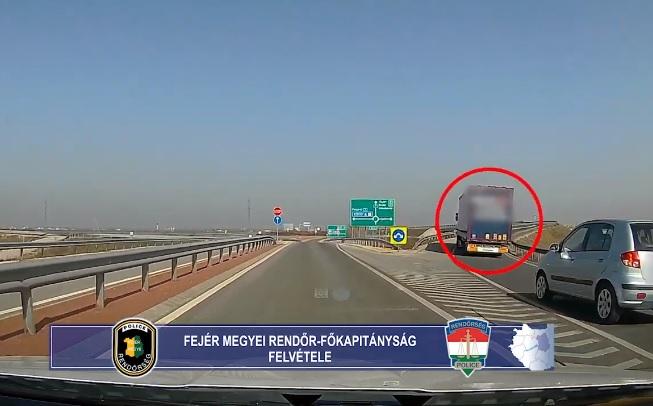 VIDEÓ: Tolatásba kezdett egy kamionos a 7-es főút egyik szakaszán – Épp arra jártak a rendőrök is