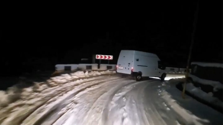 VIDEÓ: Ne csináld utána! Hó, nagy tempó és rutin, de nem veszélytelen, amit a Tranzit sofőrje művel