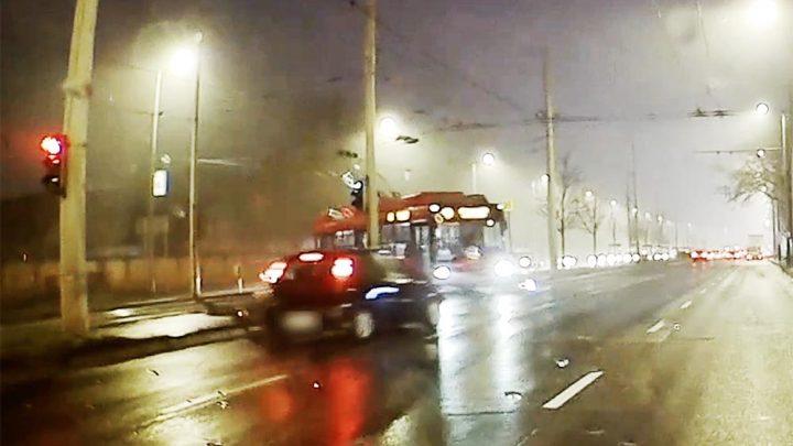 VIDEÓ: Nem érdekelte az autóst, hogy piros a lámpa, áthajtott és összeütközött a kanyarodó trolival