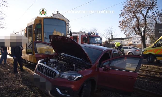 VIDEÓ: Autó és villamos ütközött reggel a 14. kerületben – Így mentették az egyik utast az autóból