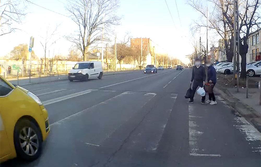 VIDEÓ: Inkább visszafordult a gyalogos a gyalogátkelőn