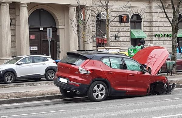 FOTÓK: Vitray Tamás vezette az egyik autót, ami balesetezett ma délután az Andrássy útnál