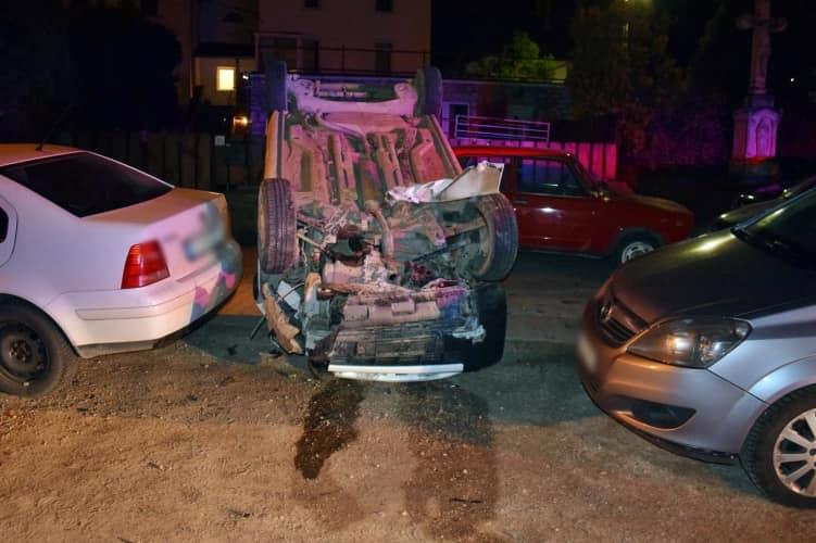FOTÓK: Ittasan tört össze öt autót, majd felborult