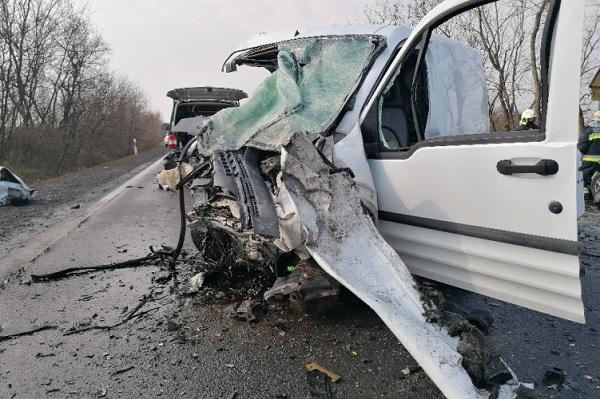 Három ember vesztette életét reggel a 4-es főúton történt balesetben