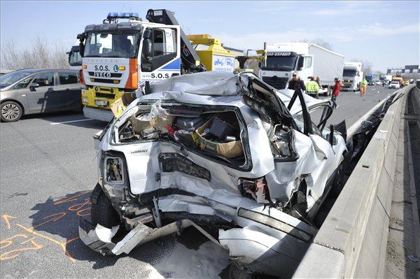 FOTÓK: Durva baleset történt reggel az M0-son – Kamion és autó ütközött