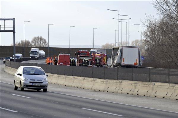 Egy teherautóról veszélyes anyag folyt az útra az M0-son, ezért egy időre megállították a forgalmat