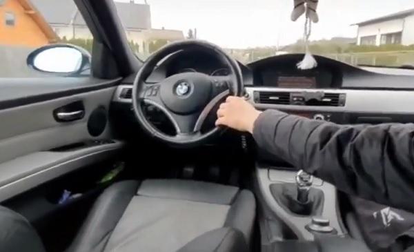 VIDEÓ: Az anyósülésről kormányozta az autót és közben videózott egy 17 éves fiatal