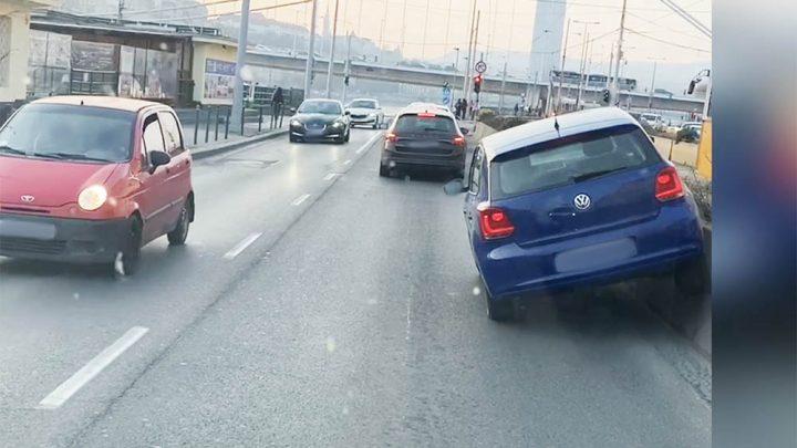 """VIDEÓ: Nem sikerült """"megmászni"""" a betontömböt a rakparton a Volkswagennel"""