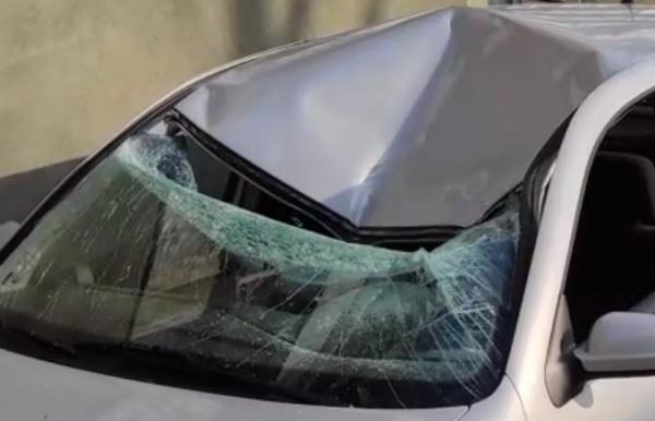 VIDEÓ: Betonkockát dobtak egy autóra egy tízemeletes házról Egerben