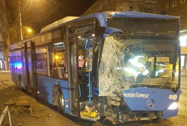 FOTÓK: Letért az útról, kidöntött egy fát és egy korlátot egy BKV busz éjjel