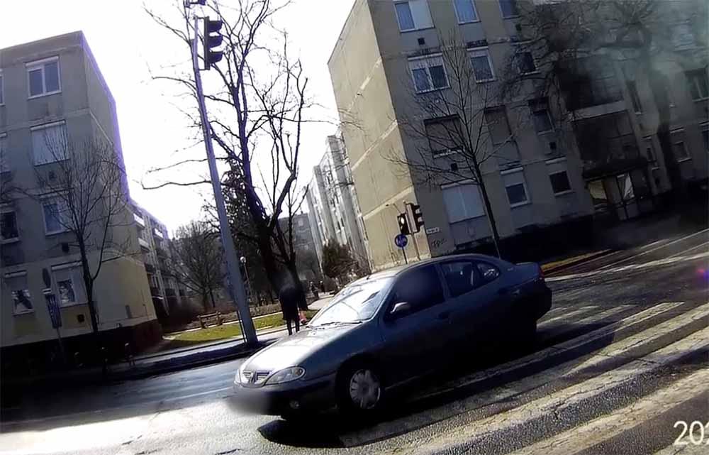 VIDEÓ: Benézte a piros lámpát a Volkswagen sofőrje. Oldalról hajtott bele a Renaultba
