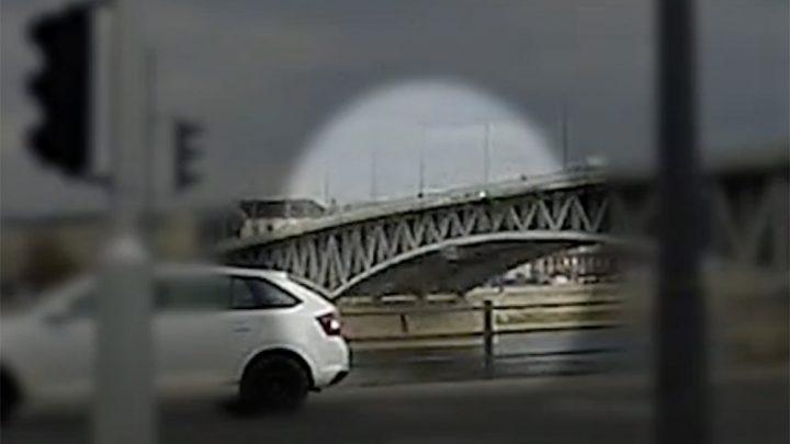 Videón, ahogy a Dunába zuhan a Petőfi hídról egy férfi