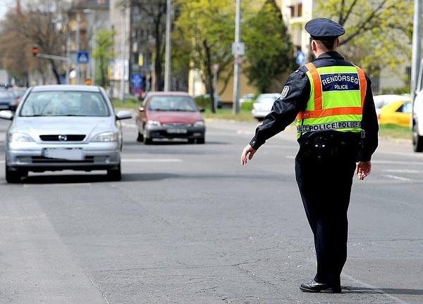 """""""Focus on the road"""" – A vezetés közben mobilozókat szűri egy héten át a rendőrség"""