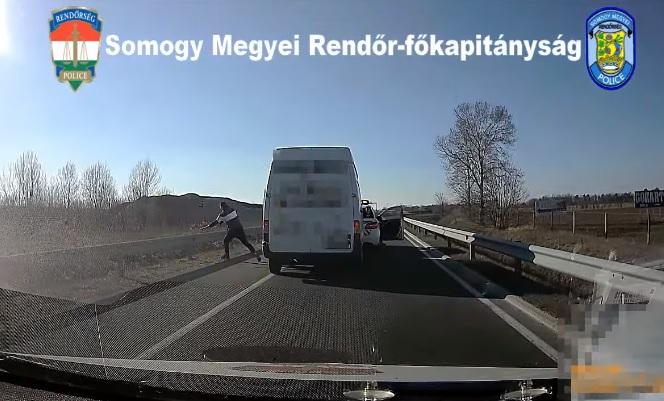 VIDEÓ: Kiugrott az autóból és futva akart menekülni egy embercsempész az M7-esen