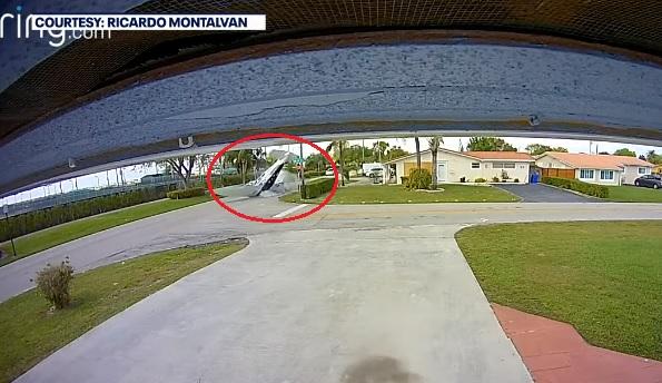 VIDEÓ: Három ember meghalt, miután autóba csapódott egy kisrepülő Floridában