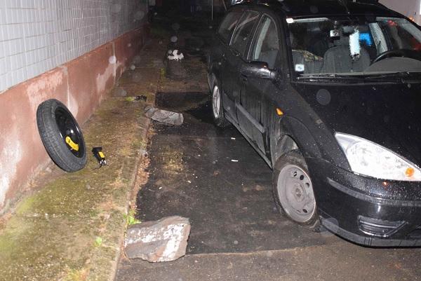 Vádat emeltek a férfi ellen, aki balesetet okozott azzal, hogy termésköveket rakott az útra, mert zavarta, hogy háza előtt parkolnak
