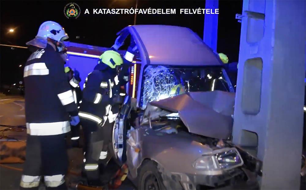VIDEÓ: Egy hajnalban oszlopnak ütközött autóból kellett kimenteni egy sérültet