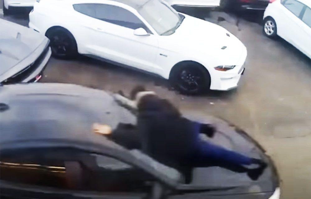 VIDEÓ: Az értékesítővel a motorháztetőn lopta el a BMW-t a férfi egy autókereskedésből