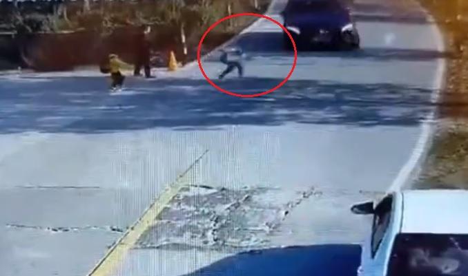Egy másodpercen múlt a tragédia – Közvetlenül az érkező autó elé rohant ki egy kisgyermek