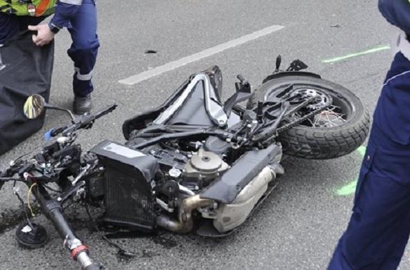 FOTÓK: Meghalt egy motoros, miután összeütközött egy megkülönböztető jelzést használó mentőautóval