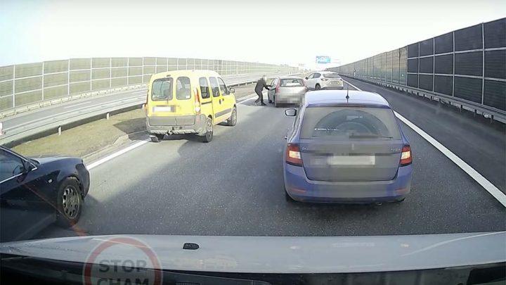 VIDEÓ: Részeg sofőr útját állták el civil autósok az autópályán a rendőrök kiérkezéséig Lengyelországban