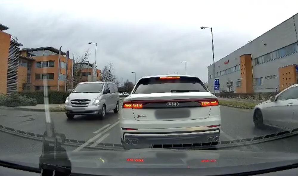 VIDEÓ: Begőzölt és büntetett Vecsésen az Audi sofőrje, pedig elvileg sietett