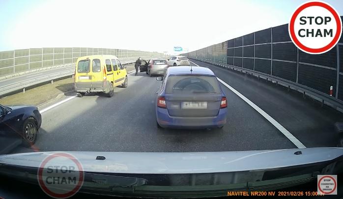 VIDEÓ: Példás, ahogy összefogtak az autósok, hogy megállítsák a részeg sofőrt Lengyelországban