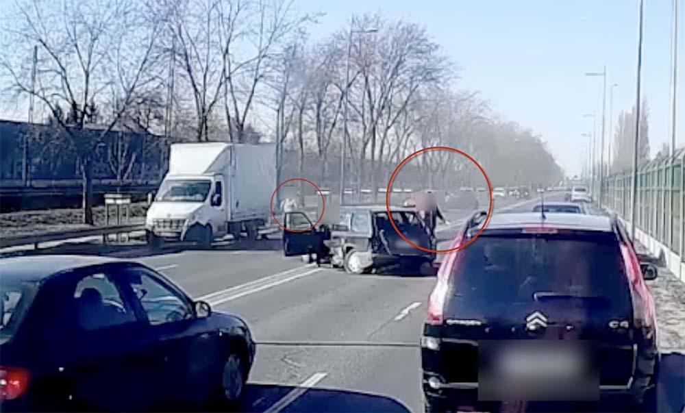 VIDEÓ: A hatalmas csattanás utáni pillanatai a szerdai, repülőtérre vezető úti balesetnek