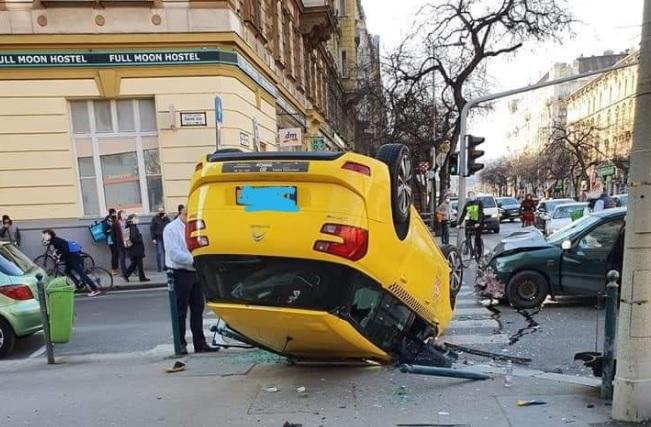 FOTÓK: Felborult egy taxis a Szent István Körúton, miután ütközött egy másik autóssal