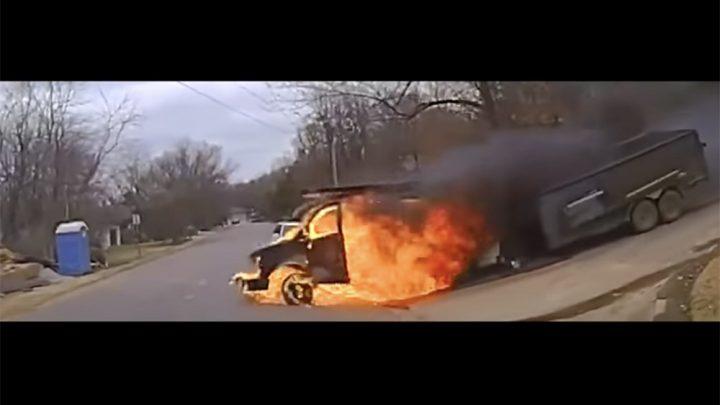 VIDEÓ: A rendőrök kiértek, majd a lángoló furgon elszabadult