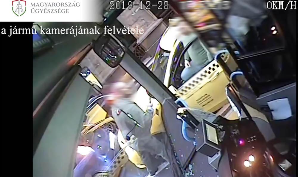 VIDEÓ: Egymásnak esett a buszsofőr és a taxis a belvárosban