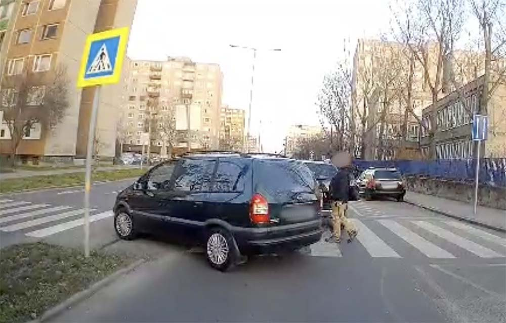 VIDEÓ: Még a gyalogossal párhuzamosan közlekedve sem adta meg az elsőbbséget