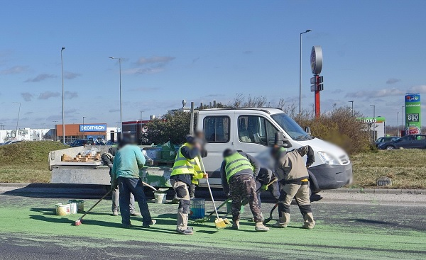 FOTÓK: Több vödör zöld festék borult az útra egy teherautóról Szombathely határában pénteken