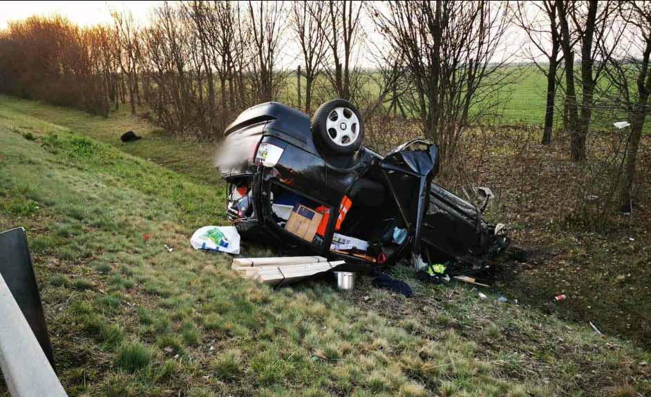 FOTÓK: Lesodródott és felborult egy autó reggel az M3-ason