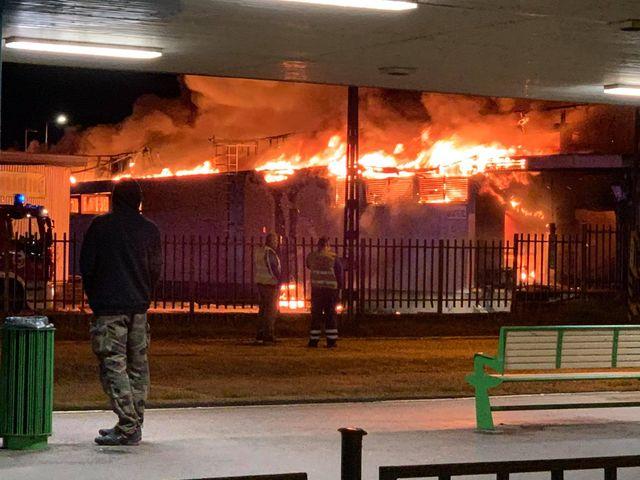 VIDEÓ + FOTÓK: Óriási tűz tombol Szentendrén. Kigyulladt a HÉV megállónál lévő Spar